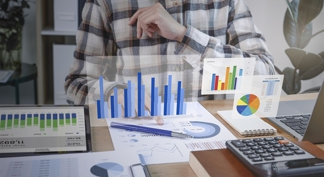businesspeople-working-in-finance-and-accounting-analyze-financi